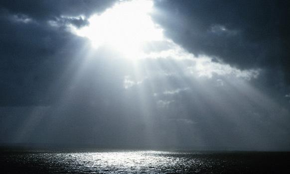 zon breekt door de wolken